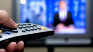 Zambiya'da bir TV sunucusu canlı yayın sırasında haberleri yarıda kesip maaş alamadıklarından dert yandı