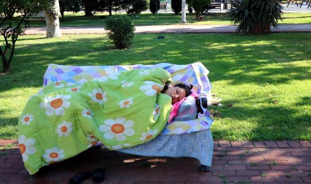 Kimsesiz kadın 3 aydır parkta yatıyor