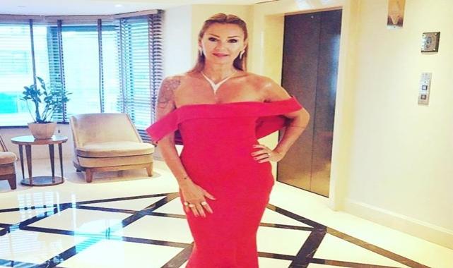 Ünlü oyuncu Pınar Altuğ gecede giydiği kırmızı elbisesine beğeni ve yorum yağdı