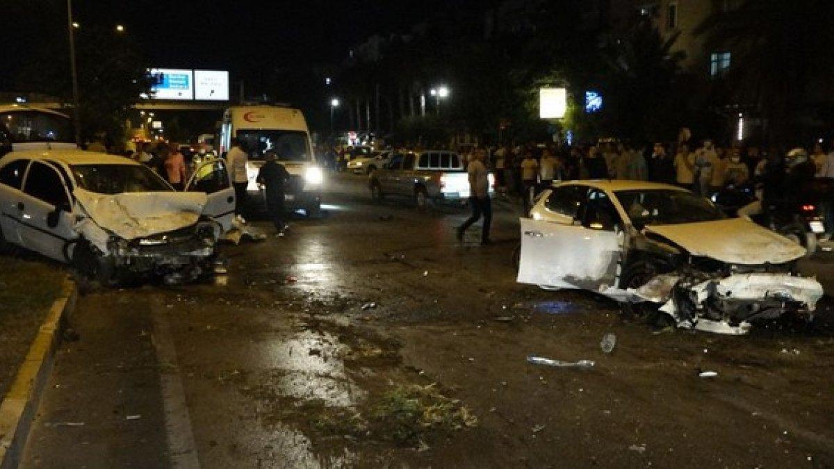 Antalya'da karşı şeride geçen otomobil 2 araca çarptı: 4 yaralı