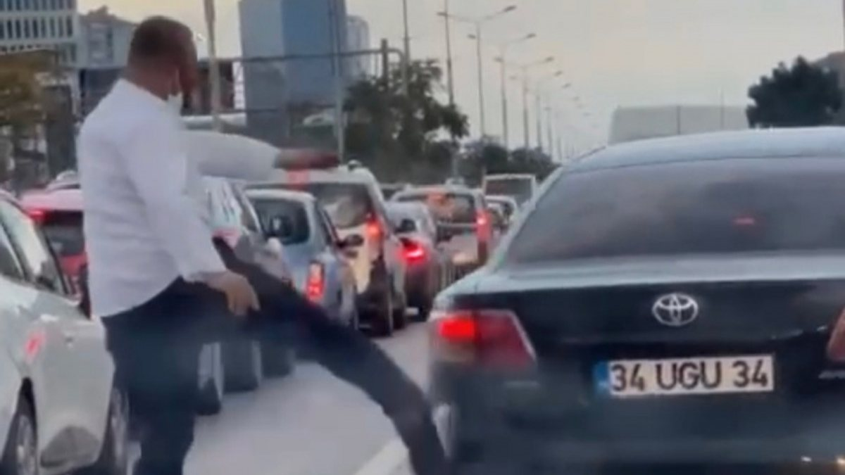Kadıköy'deki şerit kavgasında, İETT şoförü otomobile tekme attı
